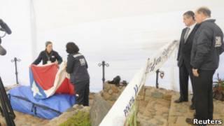 Autoridades acompanham a exumação dos restos de Neruda em Isla Negra, Chile. | Foto: Reuters