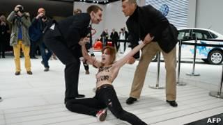 Служба безопасности задерживает участницу группы Femen