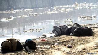 काबुल नदी के किनारे ड्रग लेते लोग