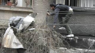 مقاتل من الجيش السوري قرب دمشق
