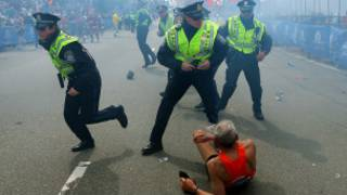 Corredor caído em maratona de Boston | Foto: AP