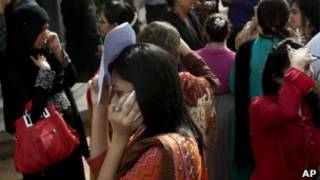 Люди в Карачи после землетрясения