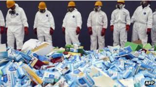 Nhân viên y tế chuẩn bị huỷ thuốc giả tại Bắc Kinh, 14/3/2013
