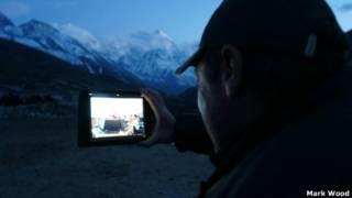 Mark Wood hace una conexión por Skype desde Nepal