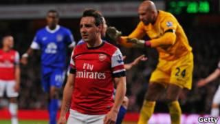 Kiungo wa Arsenal,Sant Cazorla akitoka uwanjani na masononeko