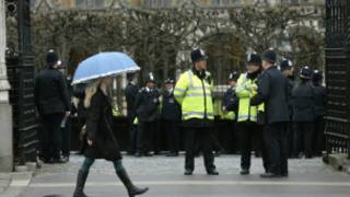 Policiais montam guarda no Palácio de Westminster, de onde partirá o caixão de Margaret Thatcher durante a procissão de seu funeral (AP)