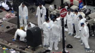 Эксперты на месте взрывов в Бостоне