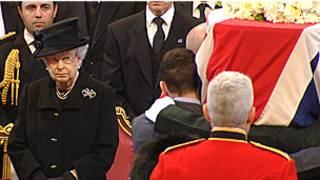 Rainha Elizabeth observa caixão (Foto BBC)