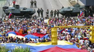 Militares acompanham protesto da oposição em Merida (foto: AFP)