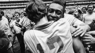 Pelé abraza al arquero Ado