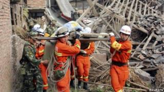 Công nhân cứu trợ dọn dẹp đống đổ nát