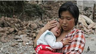 Chen Zhirong e filho em meio aos escombros da cidade de Longmen (Reuters)