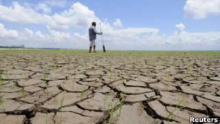 Homem no Rio Negro, Amazonas, em 2010. | Foto: Reuters