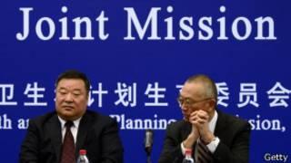 (يسار) الدكتور كيجي فوكودا من منظمة الصحة العالمية يجلس يسارا و(يمين) يجلس إلى يمينه مسؤول في الشؤون الصحية بالصين،  لينانغ وانيان