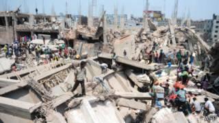 Voluntários civis ajudam no resgate em Dhaka, Bangladesh (AFP)