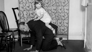 Алан Александр Милн с сыном Кристофером Робином