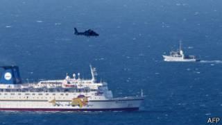 Un buque de la armada israelí y helicóptero buscan los restos de un avión no tripulado, derribado por la fuerza aérea israelí