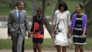 अमरीकी राष्ट्रपति बराक ओबामा अपने बेटियों के साथ