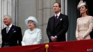از چپ به راست: چارلز، ملکه، ویلیام و همسرش