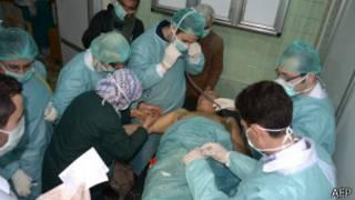 Médicos tratam suposta vítima de arma química que teria sendo usada por rebeldes sírios (AFP)