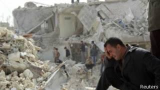 Мужчина на развалинах разрушенного дома в Сирии