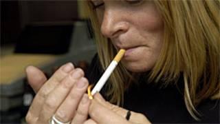 Mulher fumando (Foto: Arquivo BBC)