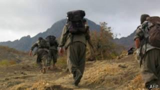 Combatentes separatistas curdos caminham entre as montanhas na Turquia (AFP)