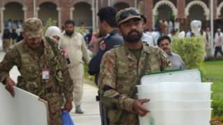 Quân đội canh gác các điểm bầu cử