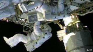 अंतरराष्ट्रीय अंतरिक्ष स्टेशन की मरम्मत करते अंतरिक्ष यात्री