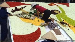 Công nhân tham gia trang trí kỷ niệm ngày 30/4 hôm 24/4/2013 ở Hà Nội