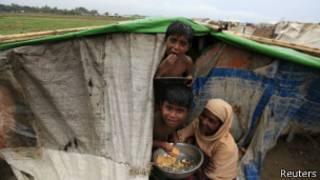 آوارگان مسلمان در شمار بیش از ۱۳۰ هزار آوارهای قرار دارند که از خشونتهای قومی سال پیش برمه گریخته بودند