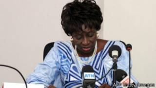 Mme Aminata Touré signant une convention internationale, avant sa nomination au poste de premier ministre.