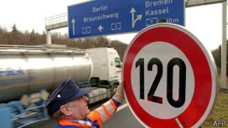 Установка знака ограничения скорости на шоссе близ Ганновера
