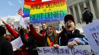 Gays protestam em frente a Congresso dos EUA / Reuters