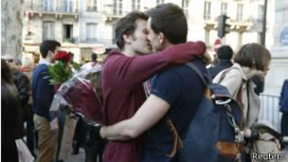 Французская однополая пара празднует принятие закона о гей-браках у здания парламента 23 апреля 2013 года