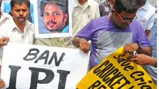 सट्टेबाजी के आरोप में गिरफ़्तार श्रीसंत के खिलाफ़ प्रदर्शन करते लोग