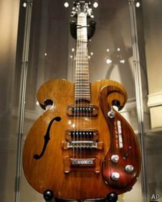 Cây guitar mà John Lennon và George Harrison