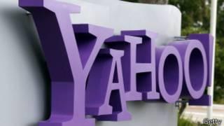 Логотип компании Yahoo у входа в ее штаб-квартиру в Калифорнии