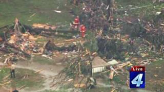 美国电视上龙卷风灾区的画面
