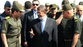 الرئيس المصري محمد مرسي مع قادة عسكريين