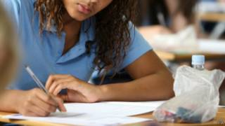 Estudante faz prova na Grã-Bretanha