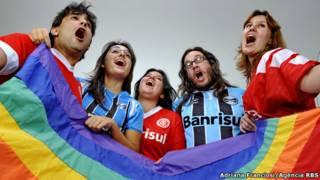Membros das torcidas Queerlorado e Grêmio Queer (Foto: Adriana Franciosi/Agência RBS)