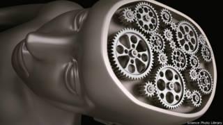 Cabeza con cerebro de máquina