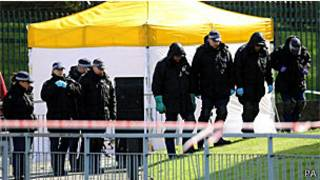 Policiais fazem buscas em local de assassinato de soldado, Woolwich (PA)
