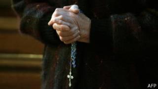 Молящаяся женщина с четками и крестиком
