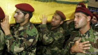 Membros do Hezbollah em funeral de colega morto em Qusair, na Síria (Reuters)