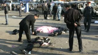 На месте взрыва бомбы в маршрутном такси во Владикавказе (6 ноября 2008 г.)