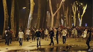 Manifestantes enfrentam tropa de choque em Istambul, Turquia (AP)