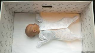 Por qué los bebés de Finlandia duermen en cajas de cartón