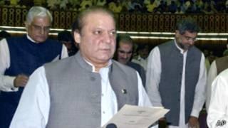 شریف هنگام ادای سوگند در مجلس